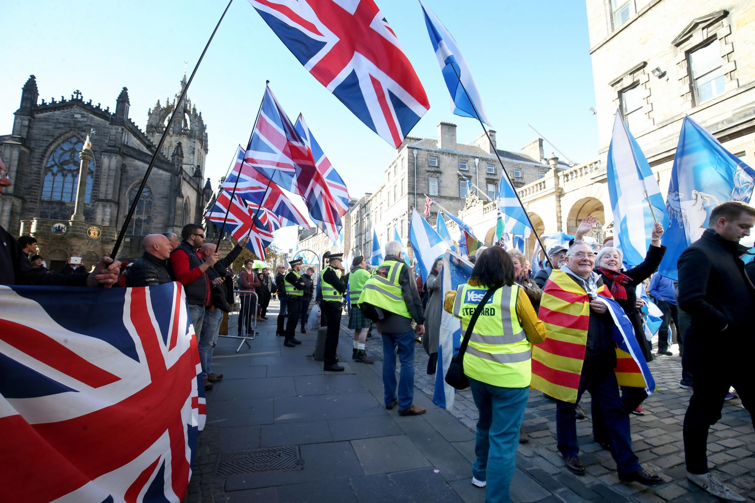 Thousands march through Edinburgh to back Scottish independence
